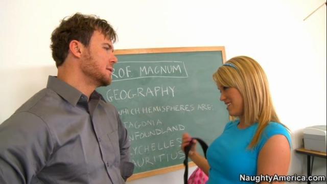 Гламурная блондинка с пирсингом на пизде ебется на хуе учителя