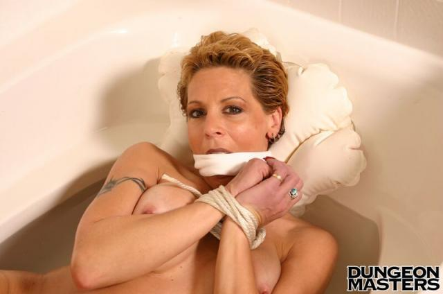 Грудастая фетишистка с силиконовыми сиськами связана в ванной