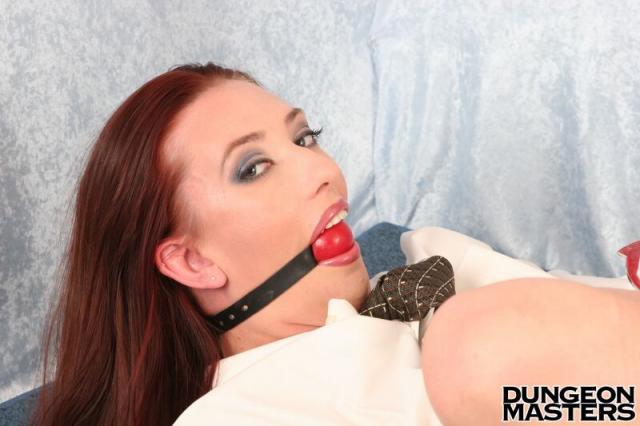 Кляп во рту у рыжей фетишистки со стройным телом и голой жопой