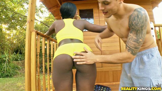 Темнокожую девушку длинным членом ебет в аппетитную задницу