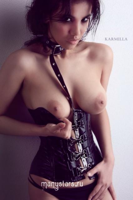 Голая русская знаменитость Манижа Фарадей сексуально позирует