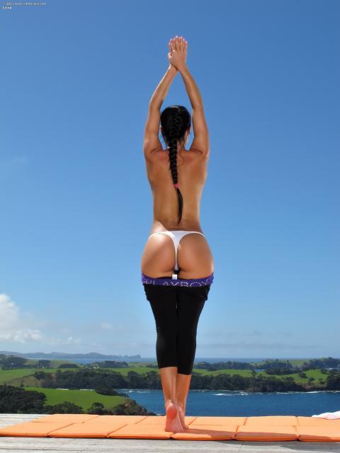 Спортивная девушка на природе с гладкой писькой крупным планом