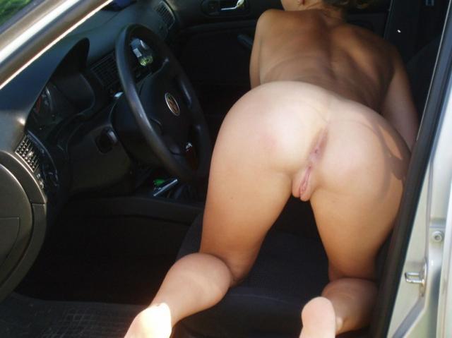 На любительских картинках голые дамы обсасывают пенисы