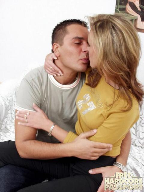 Стройная студентка с маленькой грудью занимается сексом
