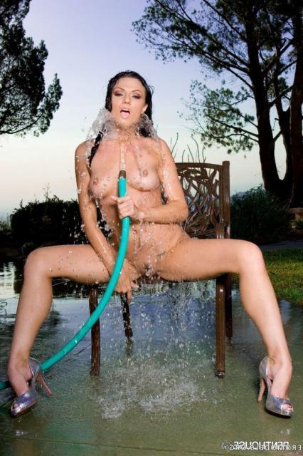 Мокрая девушка в парке с красивыми титьками снимает стринги