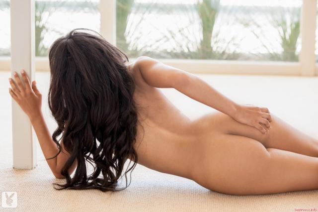 Мулатка с маленькими титьками и стройным телом сексуально позирует