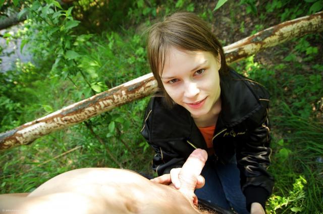 Худощавая школьница на природе кончает от вагинального траха
