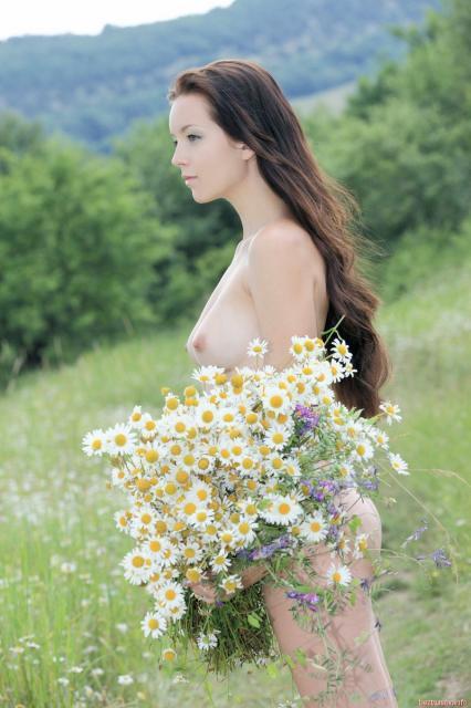 На природе мокрая красотка эротично позирует без одежды