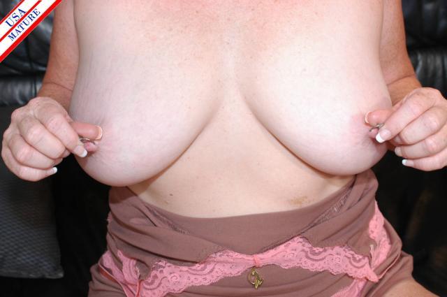 Грудастая женщина с пирсингом на сосках возбуждает оральным сексом