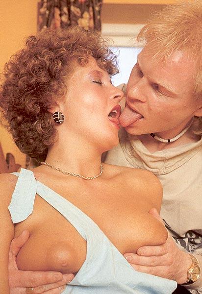 Старое порно с голой бабой, которая ебется на столе