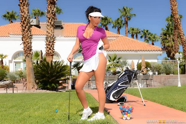 Brazzers: спортсменка в мини-юбке решила заняться поркой на природе