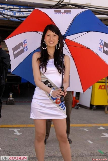 Азиатки фотомодели позируют в сексуальной одежде возле авто и мото