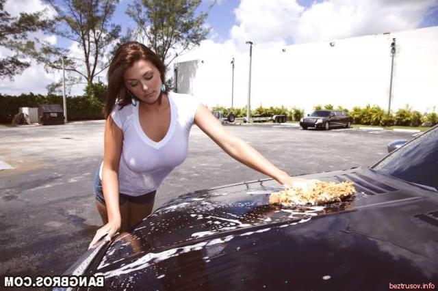 Высокая длинноногая европейка в чулках раздевается возле авто