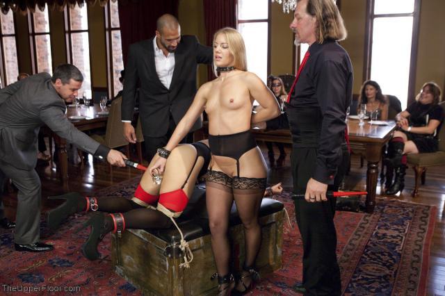 Бондаж и БДСМ с двумя голыми девками на публике