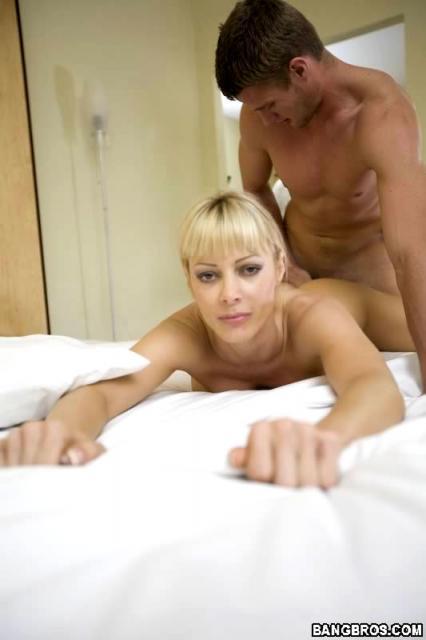 Пикап спортивной блондинки на пляже и секс в отеле