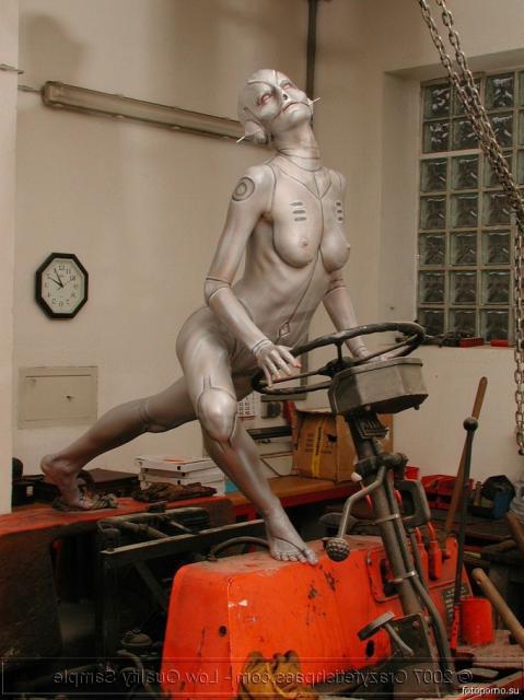 Стройная девица с Боди-Артом на теле эротично позирует