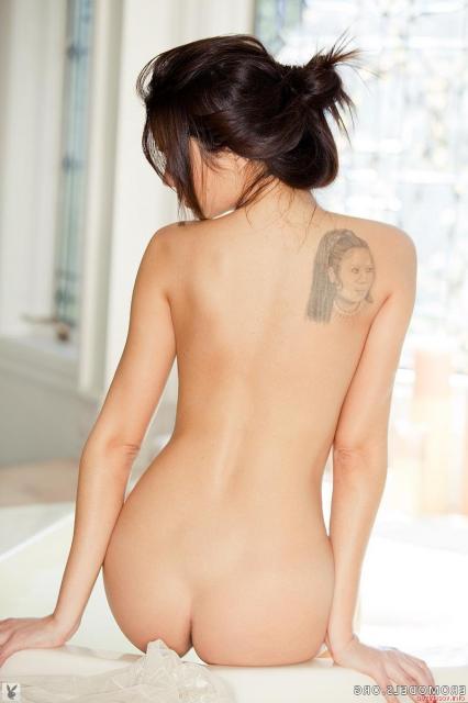 Грудастая леди в ванной эротично показывает тату на теле