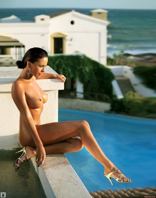 Богатая леди с упругой задницей показывает сиськи в воде