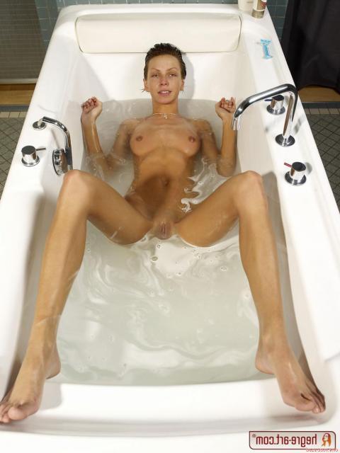 Худая жена в воде показывает маленький зад и бритую пизду крупно