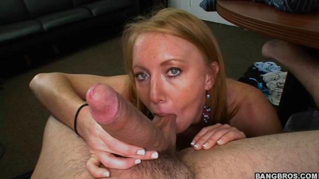 После горлового минета трахает деву в презервативе