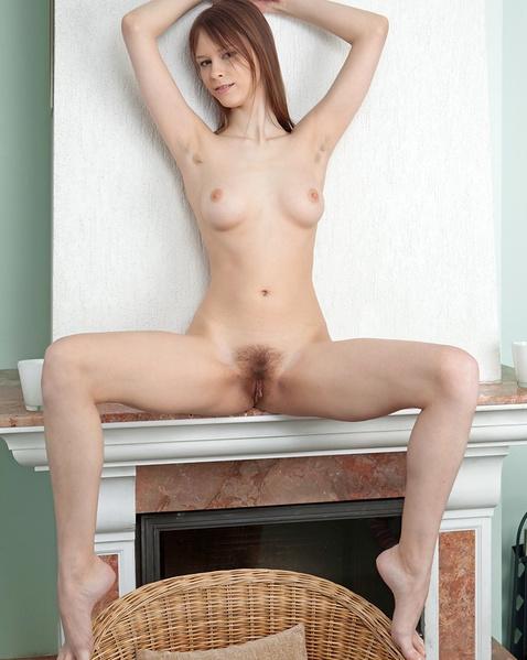 Русская телка с волосатой пиздой сосет хуй в ванной