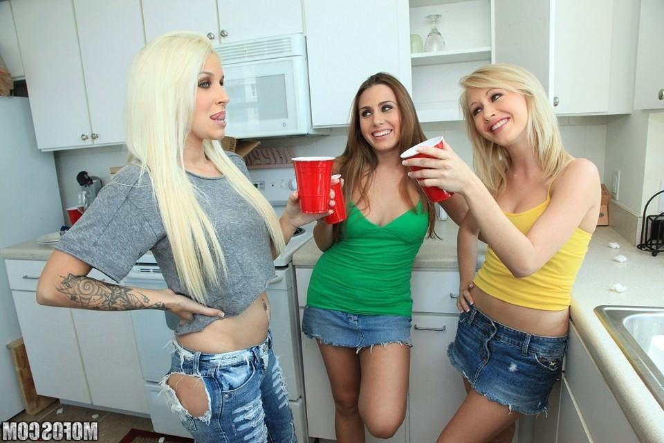Студенческая секс вечеринка игра в бутылочку