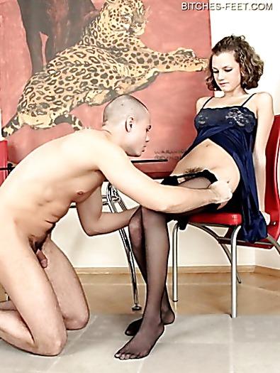 Похотливая курильщица в сексуальном пеньюаре дрочит член