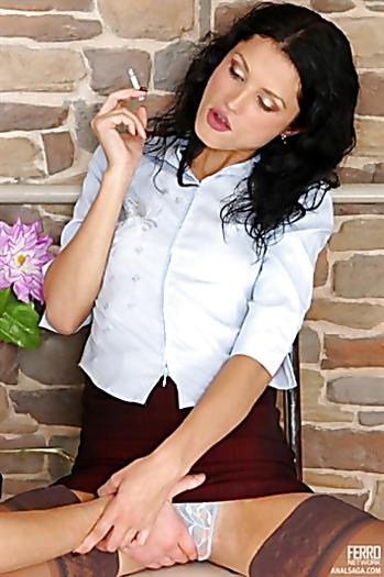 Молоденькая курильщица в короткой юбке трахается как наездница