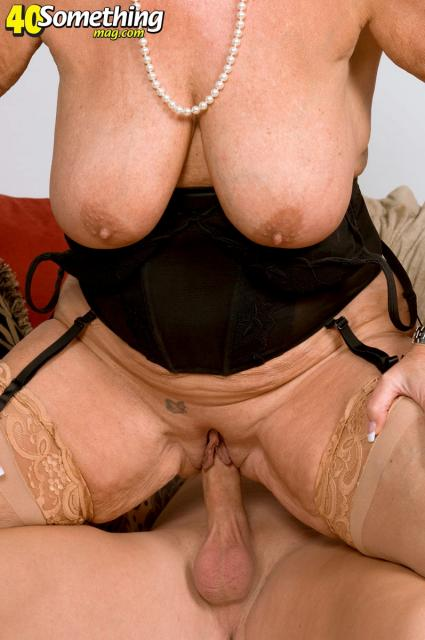 Зрелая женщина с обвисшими сиськами трахается с молодым ебарем