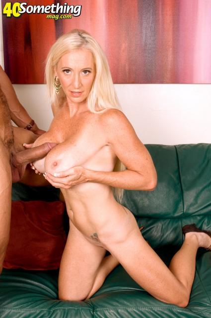 Женщина с силиконовыми сиськами ебется с мексиканцем в межрасовом сексе