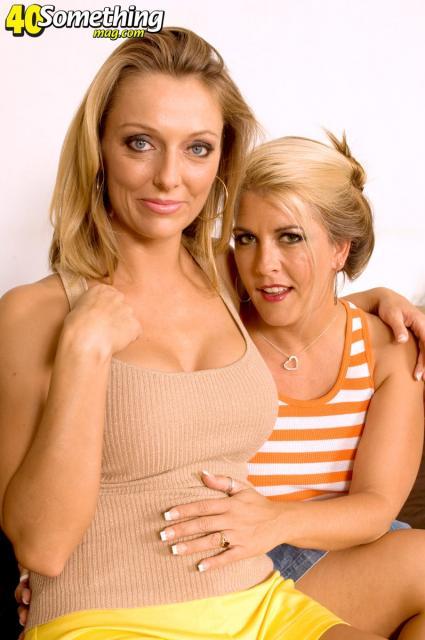 Две женщины  проститутки участвуют в групповом сексе