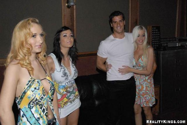 Блондинка ебется на секс вечеринке за деньги