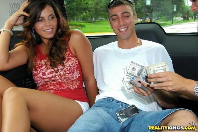 Красивые и сексуальные студентки трахаются в машине за деньги