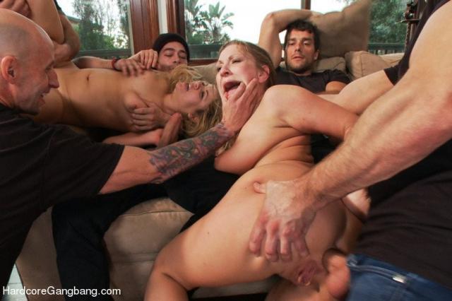 Самочки принимают участие в комбинированном сексе и в ролевых играх