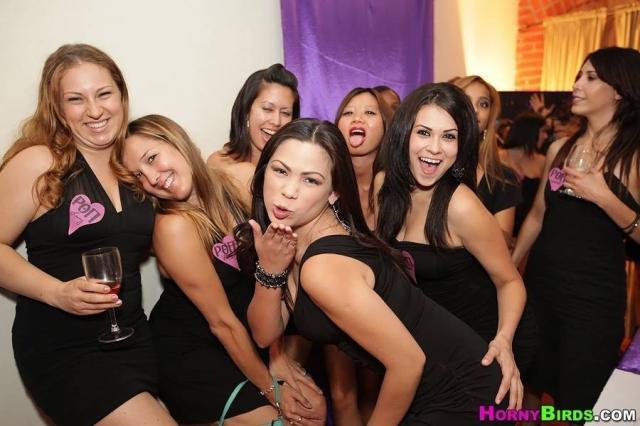 В групповом комбинированном сексе пьяные девочки трахаются со стриптизером
