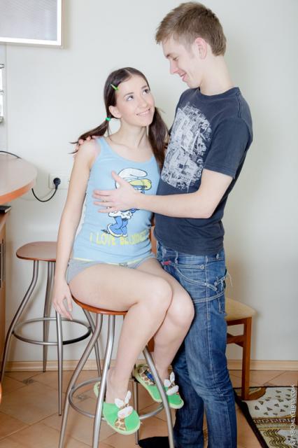 Красавица с маленькими сиськами занимается оральным сексом