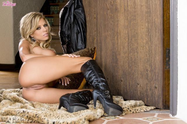 Обнажённая блондинка позирует перед камерой и показывает писю крупным планом