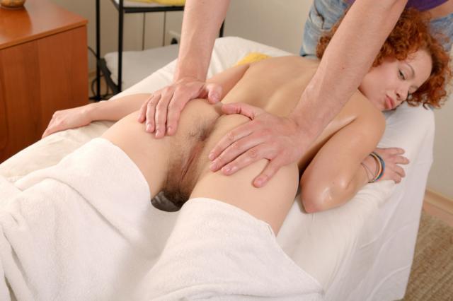 Кудрявая киска трахается с массажистом раком в попу