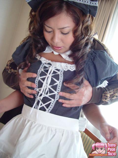 Кудрявая азиатка в сексуальной униформе ебется в волосатую пизду