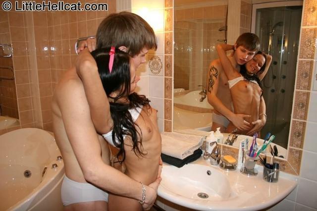 Худая целка с маленькой грудью ебется в ванной
