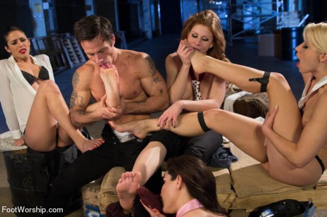 Сексуальные стюардессы учувствуют в групповом комбинированном сексе