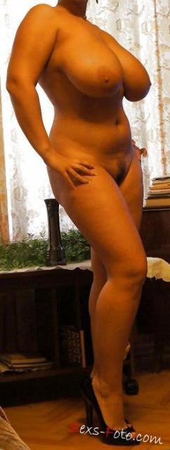 Знаменитая и голая Марии Зарринг показывает сиськи