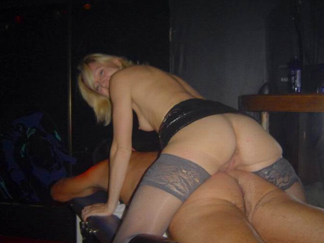 Проститутка после массажа дрочит маленький хуй