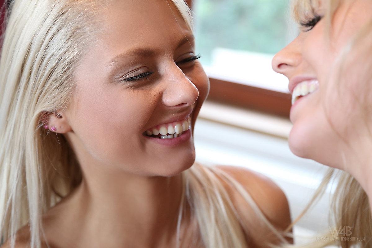 Лесбиянки онанируют вдвоём в миссионерской позе