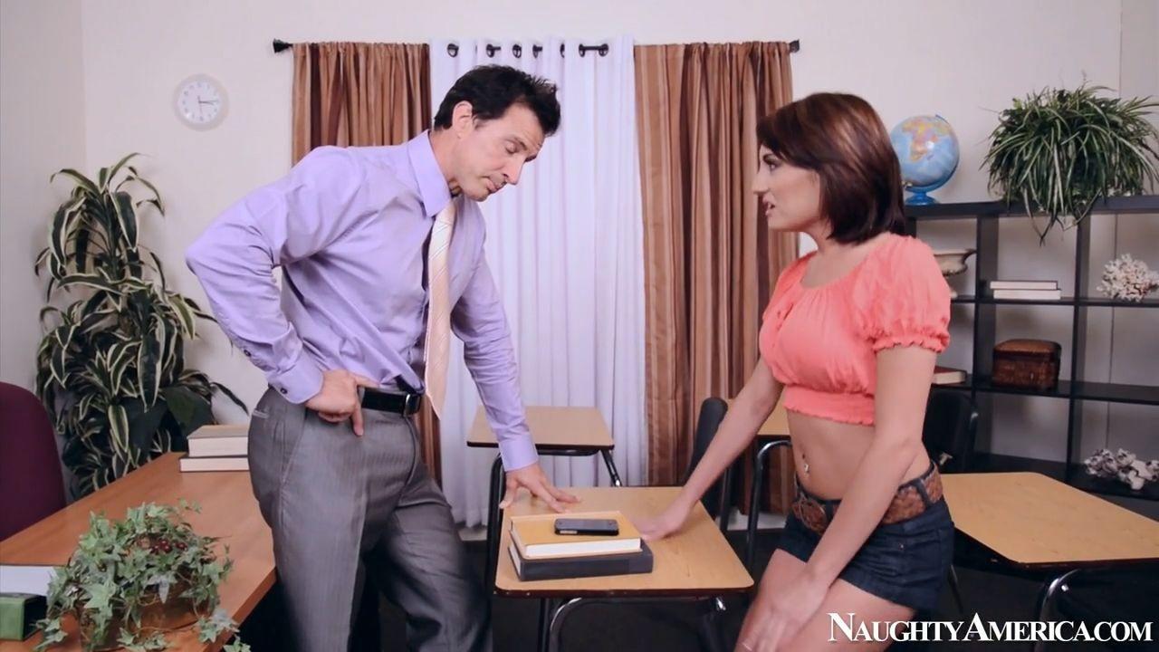 Худенькая девица подставляет сочную дырку учителю