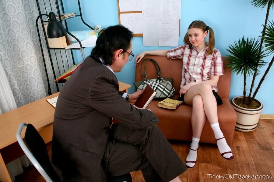 Девственницу на каблуках красиво трахает учитель