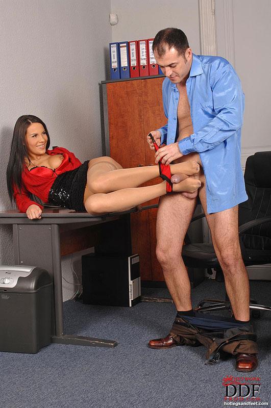 Дрочить ступнями секретарши
