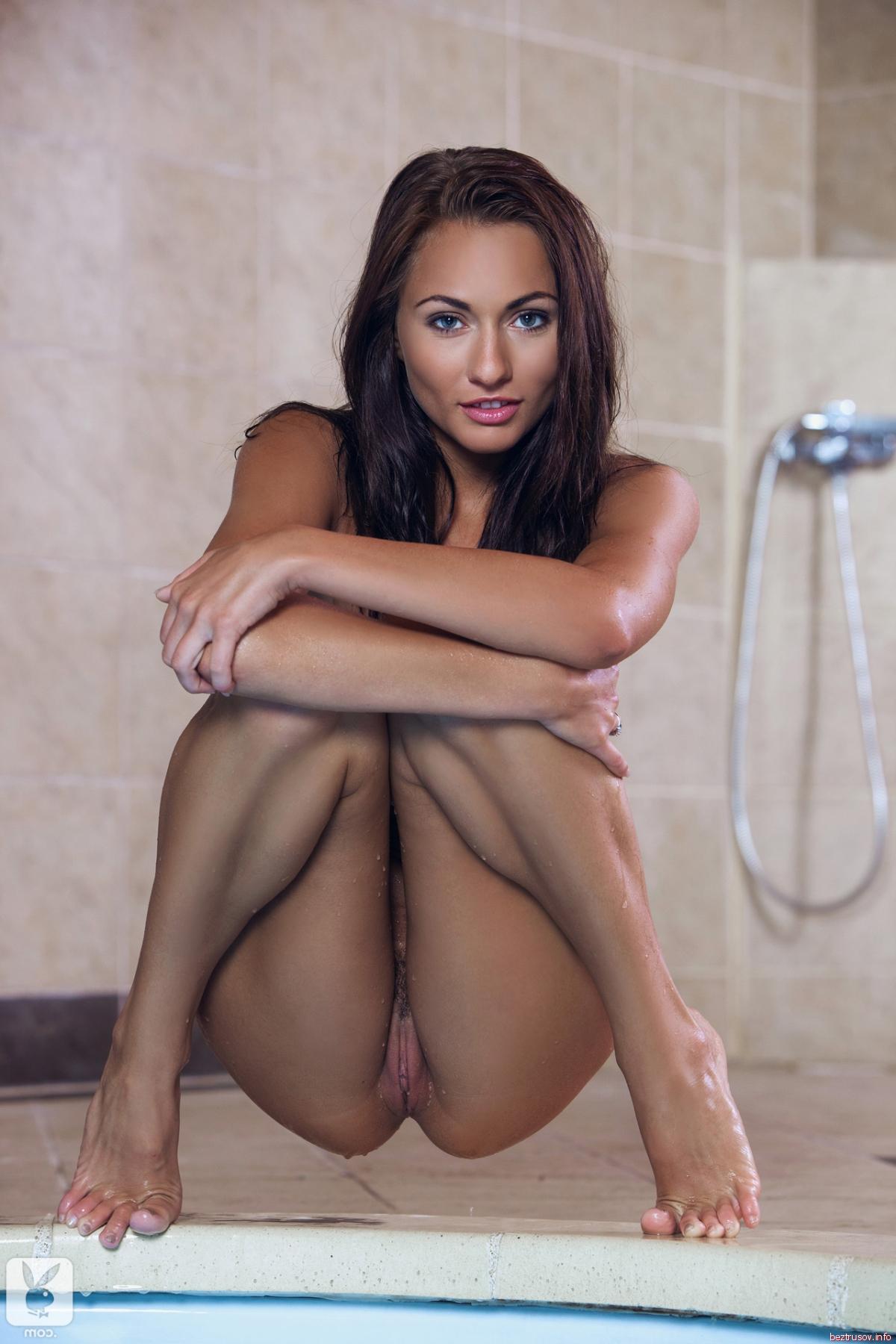 Мокрая девушка в бикини танцует у бассейна