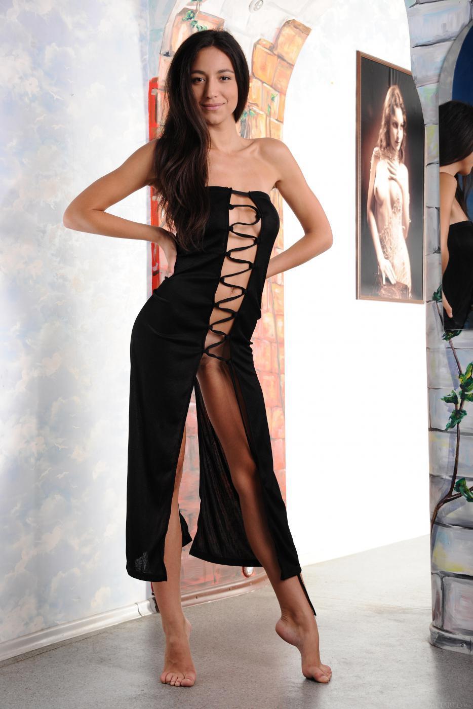 Сексапильная мулатка в платье страстно позирует