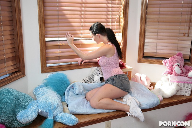 Симпатичная студентка ебётся на кровати с негром